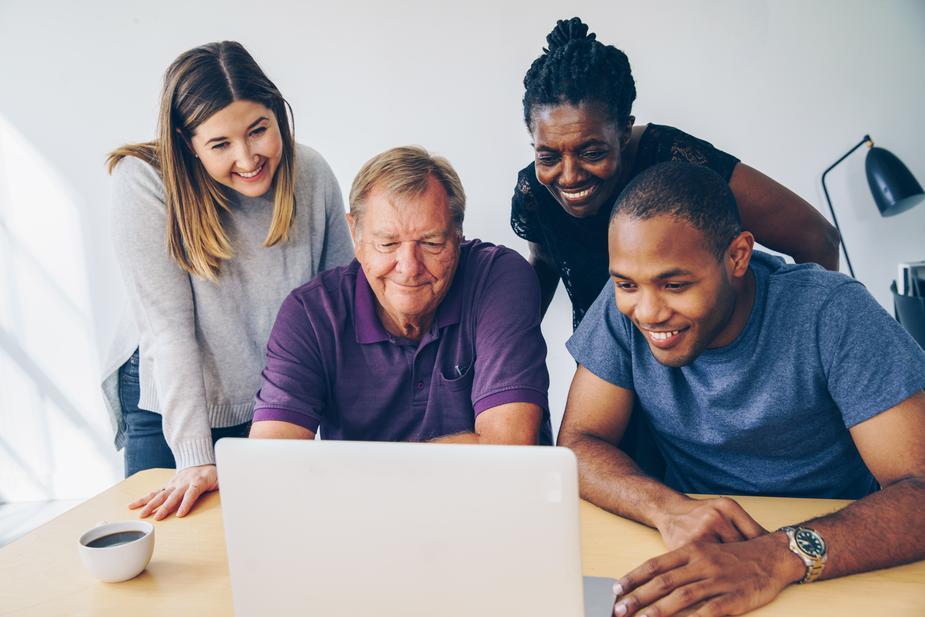 Famille faisant les démarches administratives en ligne pour prendre soin d'un d'un majeur protégé